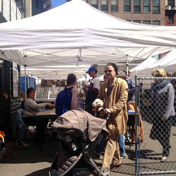 【画像6】入口のブース。ここで1ドル払って入場する。ペット連れやベビーカーを押しながらヴィンテージ家具を吟味する人もいて、みんな自由な時間を過ごしている(撮影:小野有理)