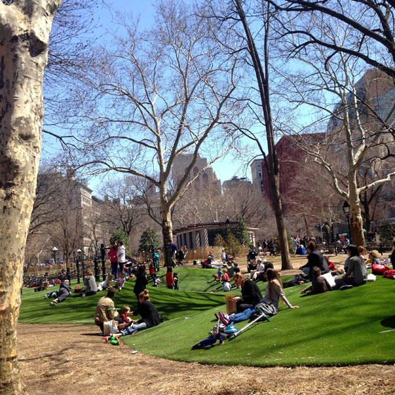 【画像9】ベンチに座らずとも、ふかふかで気持ちのよい芝生に寝っころがる人々(撮影:小野有理)