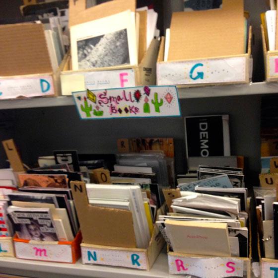 【画像18】書店の一角に並ぶzine(個人や有志グループが作成した手づくりの冊子)。書店の流通を離れた書籍も書店の中に立派なスペースを設けて置かれている(撮影:小野有理)