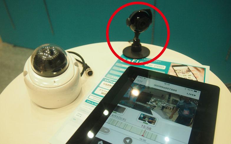 【画像2】赤で囲ったものがSafieに対応するエルモ社製のカメラ。防水機能が付いており屋外への設置もOK。マイクとスピーカーが内蔵されているため、音声を聞いたり、遠隔から声を発することも可能だ(写真撮影/SUUMOジャーナル編集部)