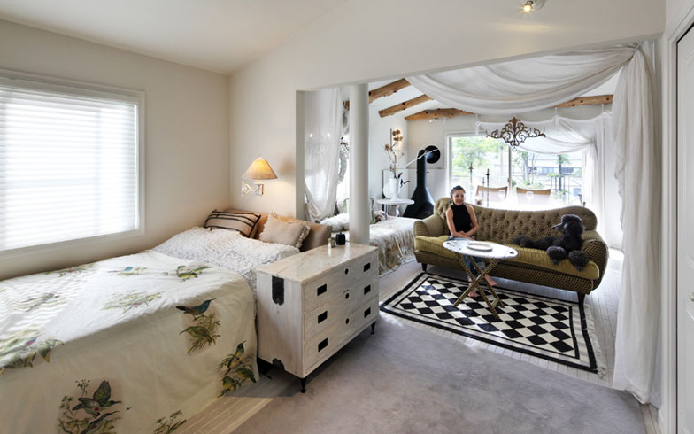 【画像2】寝室からリビングルームを望む。花ちゃんお気に入りのソファ(写真撮影:NOB川谷)