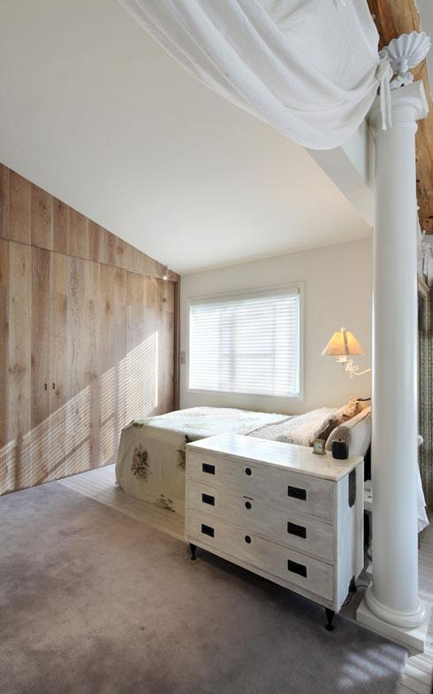 【画像3】寝室はリビングとの間にコラム(支柱)を立て、カーテンと共に緩やかにスペースを仕切っている(写真撮影:NOB川谷)