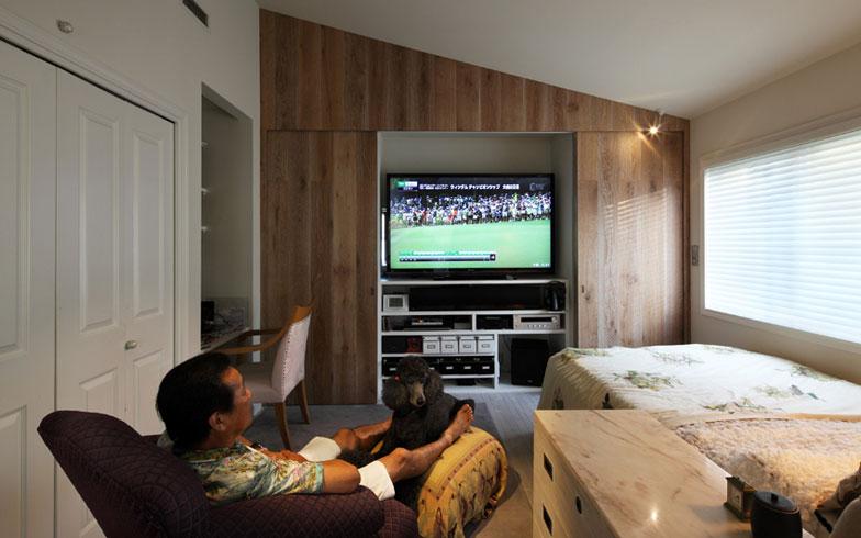 【画像4】寝室【画像3】の木製引戸の真ん中を開くと、テレビが現れる。その両端は収納(写真撮影:NOB川谷)