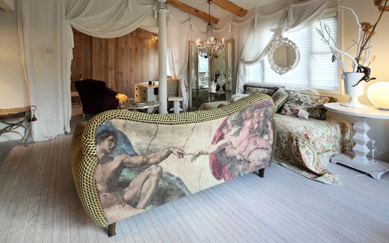 【画像7】このアメリカ製ソファも、張地を大胆なプリント柄に替えて「形が好きな物や素材が良い物は、リメイクして長く使いたいですね」と石川さん(写真撮影:NOB川谷)
