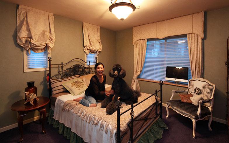 【画像8】こちらは娘さんの部屋。独創的な椅子の張地やカーテンのウインドウ・トリートメントも石川さんによるデザイン(写真撮影:NOB川谷)