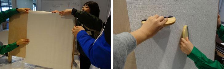 【画像4】上部のフィルムを少しはがし板に張り、その後、少しずつフィルムをはがしながら張る(写真左)壁紙が張れたら刷毛で力をこめて空気を抜いていく(写真右)(写真撮影:SUUMOジャーナル編集部)