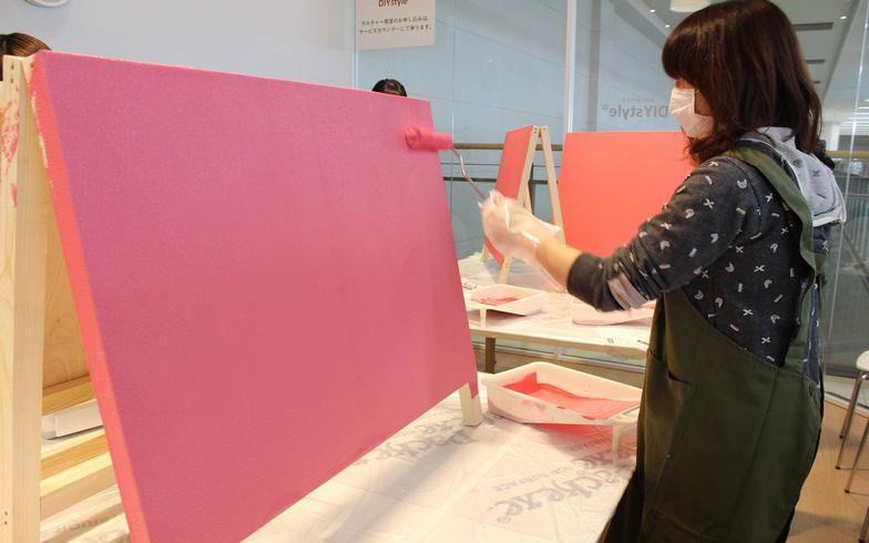 【画像10】二度塗り完了!真っ白だった壁紙は鮮やかなベリーピンクに(写真撮影:SUUMOジャーナル編集部)