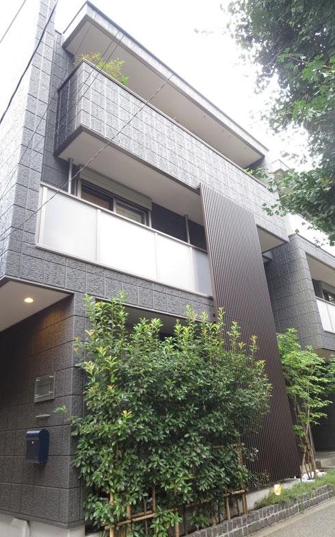 【画像5】都市型住宅が得意なヘーベルハウスの賃貸併用二世帯住宅。ブラックのタイルが映える3階建て(写真撮影:藤井繁子)