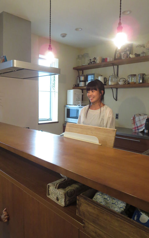 【画像9】子世帯は、カフェ風キッチンで手づくり感のあるナチュラル・インテリア(写真撮影:藤井繁子)