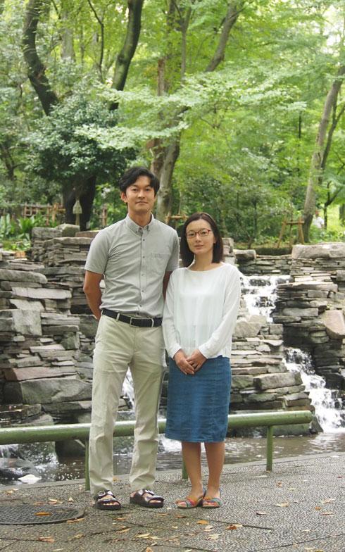 【画像3】Yさん夫妻。Yさんは幼児のころからこのサンシティで暮らし、大学院卒業まで過ごした。その後仕事の関係で東京を4年間離れた後、結婚して帰京。板橋区の賃貸に3年間住み、両親が住むサンシティに戻った後、お子さんも二人生まれ現在は家族4人で暮らしている(写真撮影:SUUMOジャーナル編集部)