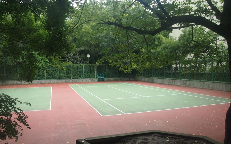 【画像4】敷地内にあるテニスコート。Yさんの父はテニスサークルの部員として活躍している。なかには隣接する小学校のグランドや体育館を利用するスポーツサークルもある(写真撮影:SUUMOジャーナル編集部)