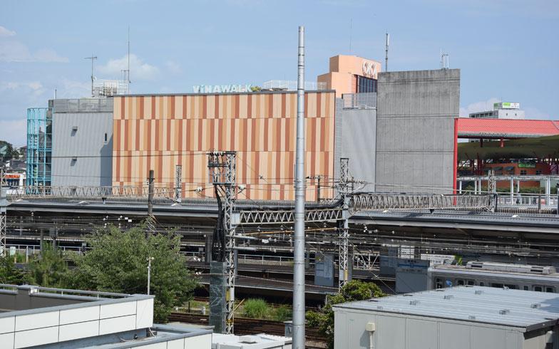 【画像2】海老名駅東口に位置する大型商業施設「VINAWALK」。ららぽーと海老名とは線路を挟んで反対側に位置する(写真撮影:SUUMOジャーナル編集部)