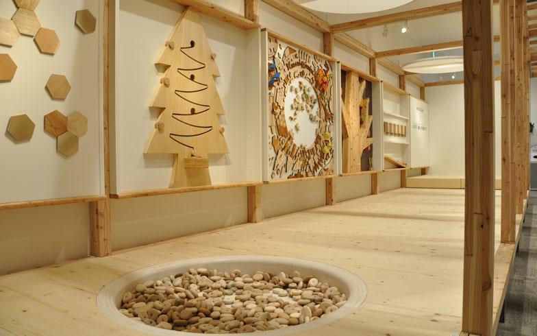 【画像9】3階の無料のキッズプレイエリア「Wood Cube(ウッドキューブ)」。これは三井不動産の保有林の間伐材を使ったもの。環境について、遊びながら学ぶことができる(写真撮影:嘉屋恭子)