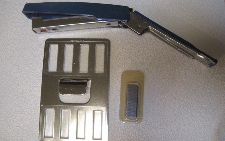 【画像1】準備するものは、ほぼ180度開くタイプのホッチキス。商品に附属された専用フィルムがセットされた固定金具と針(写真撮影:佐藤由紀子)