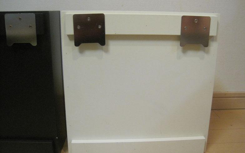 【画像4】棚本体の裏面にある2つの掛け金具を、壁に固定した金具のフックに上から引っ掛ければ設置完了(写真撮影:佐藤由紀子)