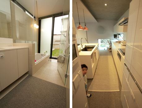 【画像5】リビングとも一体化した洗面スペース&浴室(さすがに浴室の床はカーペットではないが)。そしてキッチンといった水まわりまでカーペット敷きだ! アイランド型のシンク前にはラグを重ね敷きしている(写真撮影:井村幸治)