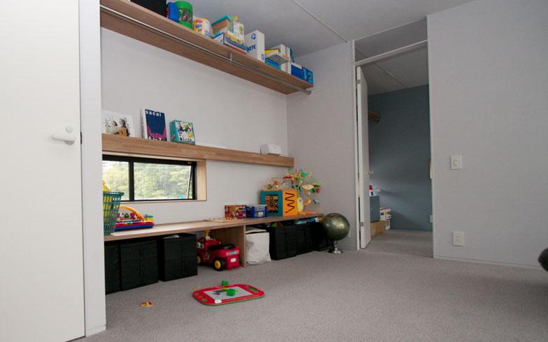 【画像6】もちろん2階の子ども部屋もカーペット敷き。勉強スペースの窓も「床」の暮らしを想定した低めの位置にある(写真撮影:井村幸治)