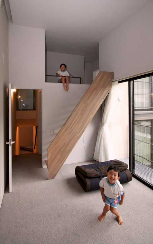 【画像7】中2階となった吹抜けの居室。遊び心あふれた設計と、カーペットの効果で家中を飛び跳ねる子どもたち。「おうちが楽しくて仕方ない!」といった様子だ(写真撮影:井村幸治)