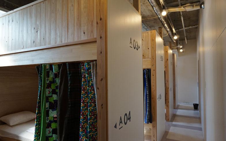 【画像4】ドミトリーの一室。ブリコラージュをテーマに各部屋ごとにつくられたカーテンがオシャレ。眠りを重視してベッドはシモンズ製をセレクトと細部にまでこだわっている(写真撮影:アポロ計画)