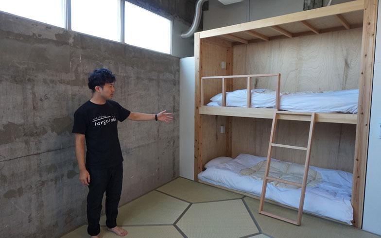 【画像5】畳に布団を敷くタイプの和室。端に設置されたベッドは押入れの役割も果たす(写真撮影:アポロ計画)