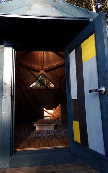 【画像2】入口のドアはジャンキーかつモダンな雰囲気にしたくて、オオタさんが色を塗ったベニアを何枚か張り合わせた(写真撮影:オオタ・マサオ)