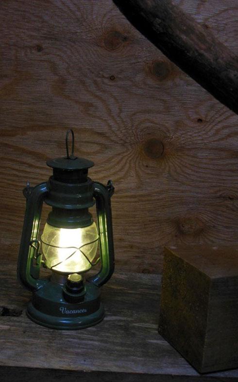 【画像5】配線はあるが、電気は通していない。夜は電池式のランプで過ごすという。「本を読んだりするのでなければ、この灯りで問題ありません」とオオタさん (写真撮影:塚田真理子)