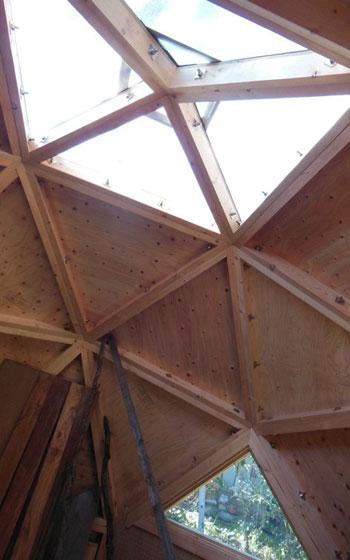 【画像6】日当たりも抜群。1つだけある三角形の窓は、夏は網戸にして風を通した。冬はアクリルを二重に張って、暖気が逃げるのを防ぐつもりだ(写真撮影:塚田真理子)