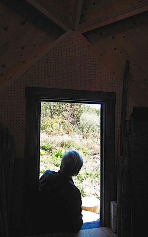 【画像7】入口に腰掛け、山々をぼんやり眺めるオオタさん。心が解放されるひとときだという(写真撮影:塚田真理子)