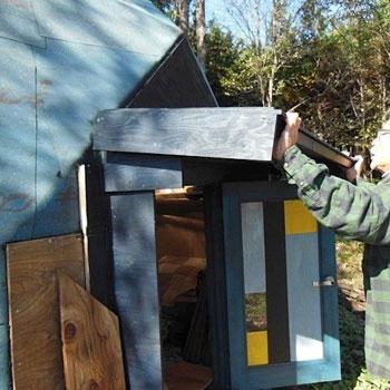 【画像8】雨が入らないよう、廃材で軒もつくった。取り外しが簡単にでき、晴れの日には外して日が当たるように。冬は雪を想定して、波状の軒を付ける予定だ(写真撮影:塚田真理子)