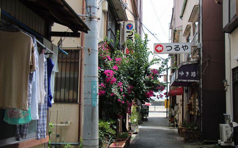 【画像1】現在の静かな路地。カラオケ、酔っぱらいの声、お店の扉が開いたり閉じたりする音。それが、奈生さんにとって渚町らしい