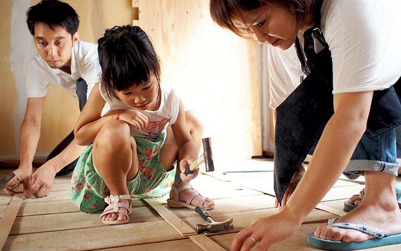 【画像5】床張りワークショップには子どもから大人まで参加(画像提供:小林久見子)