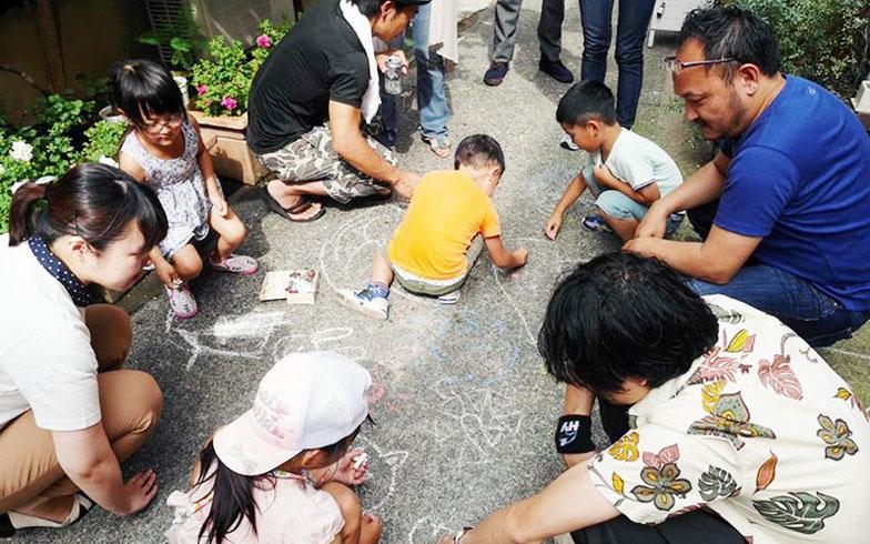 【画像7】お披露目会にて、長屋の路地で子どもたちが遊ぶ風景。奈生さんの夢が実現した(写真撮影:吉田奈生)