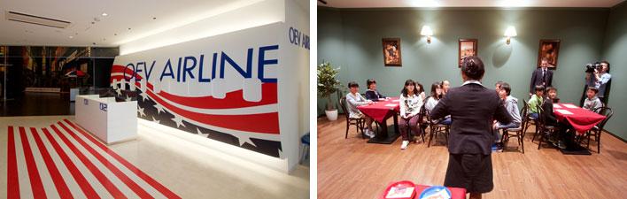【画像4】(左)航空機のセットも組まれている(右)小学生たちがレストランでの会話レッスン中。全部で23のシチュエーションがある(写真撮影:井村幸治)