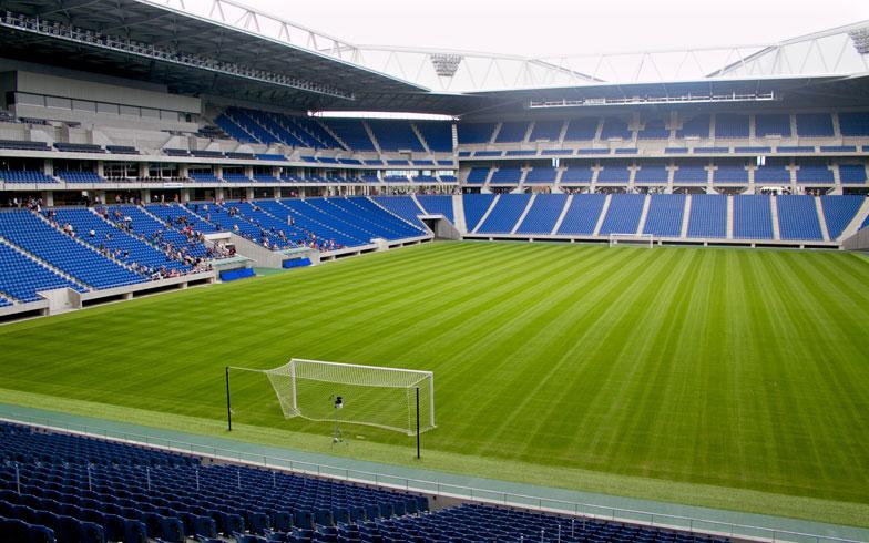 【画像14】9月に竣工した「市立吹田サッカースタジアム」。自然芝のグリーンがとても鮮やかだ(写真撮影:井村幸治)