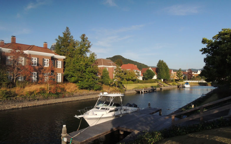 【画像1】6割の戸建住宅には桟橋も設置。家の前に広がる運河にクルーザーを横付けし、クルージングや海釣りを楽しむ住民も多い(写真撮影:岸本みなこ)