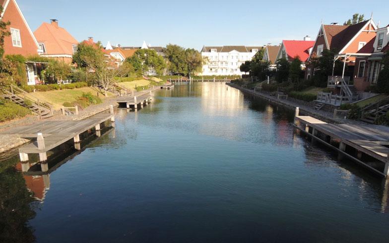 【画像3】共益費によって管理されている運河は全長約6km。4日間で水が循環するようにつくられているため磯臭さがほとんどなく水が透けて魚が見えるほど。護岸もコンクリートではなく石積みにして微生物の住処をつくるなど、できるだけ自然な形でつくられている(写真撮影:岸本みなこ)