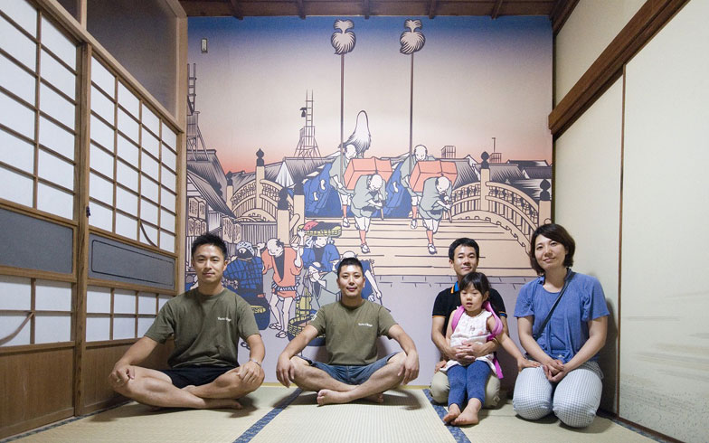 【画像6】外国人が泊まることも想定して、ゲストルームの壁紙は江戸時代の東海道風景(写真提供:ユウト)