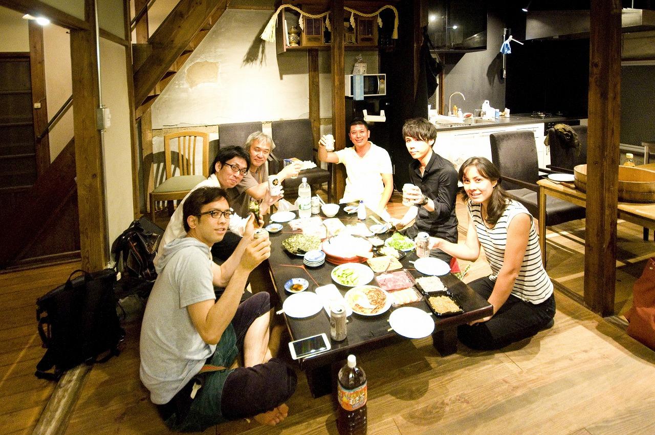 【画像7】リビングでは入居者と小宮さん夫婦との宴会が開かれることも(写真提供:ユウト)