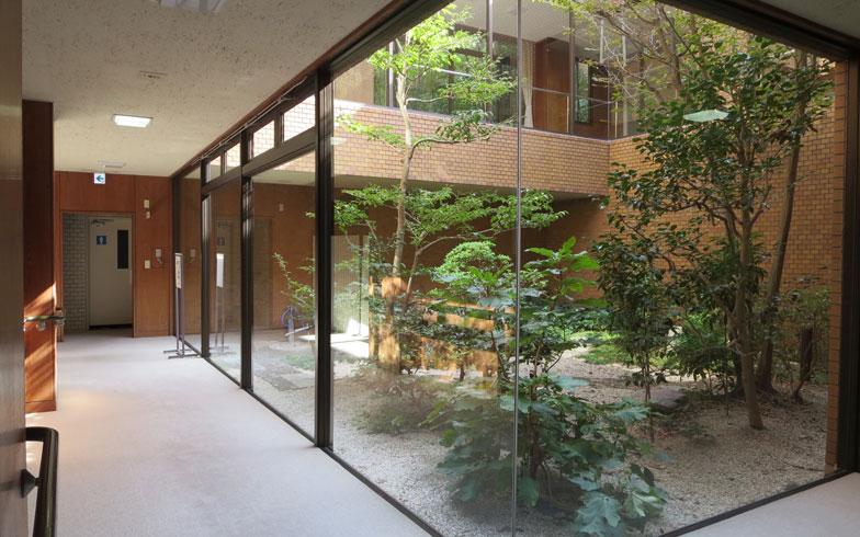 【画像2】ガラス張りの中庭がいくつかあり、空間のゆとりと共に心を和ませてくれる(写真撮影:藤井繁子)