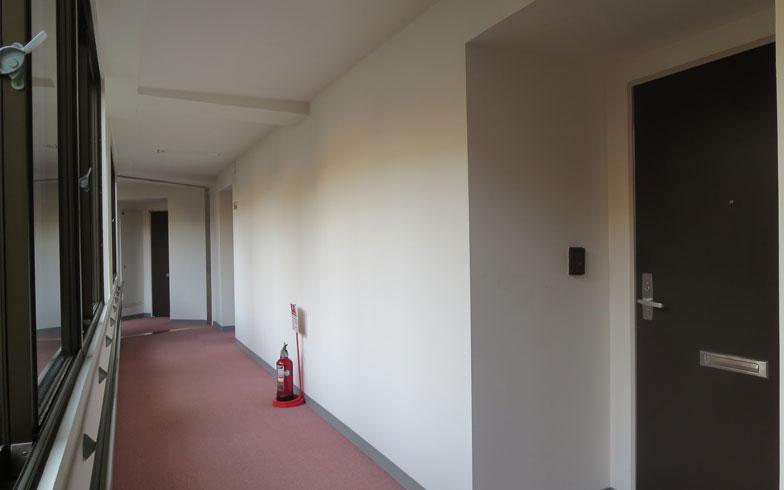 【画像3】広い内廊下は、カーペット敷き。窓も多く明るいので施設っぽくない(写真撮影:藤井繁子)