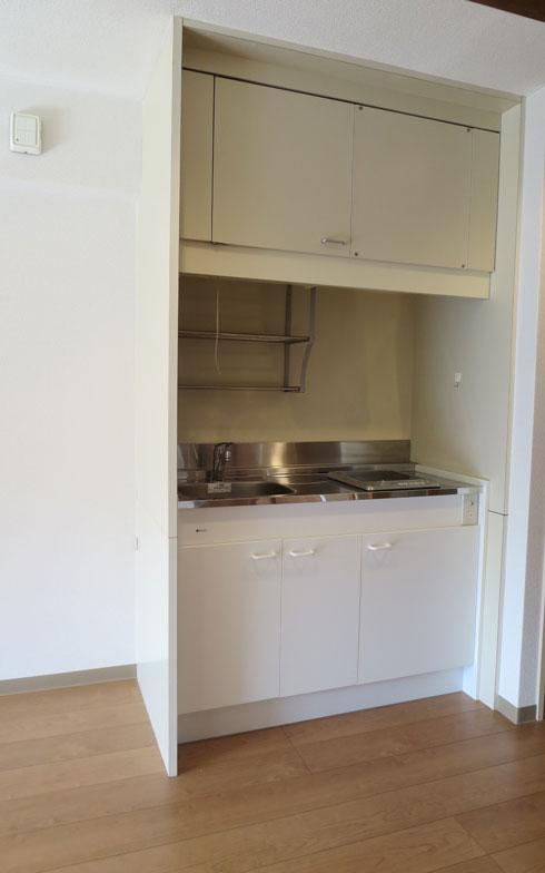 【画像5】小キッチンやお風呂、設備はオール電化。24時間センサーが見守り、ナースコールも配置(写真撮影:藤井繁子)