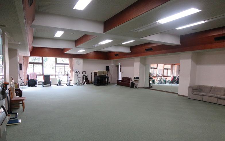 【画像7】他施設では見たことがない、大きな体育館。運動器具も常設、卓球サークルも週3回ここで活動