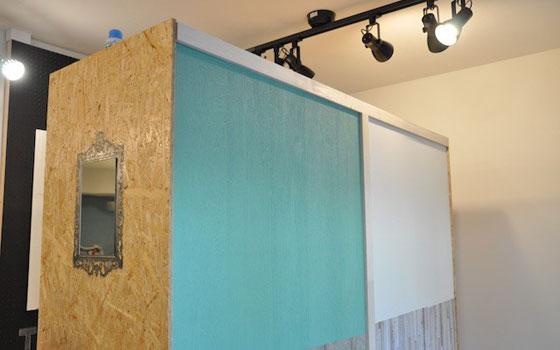 【画像3】クギを打つ、塗料を塗る、壁紙を張るなどの練習スペース。1枚剥がせば元通りになるコツを学ぶと、安心するそう(撮影:嘉屋恭子)