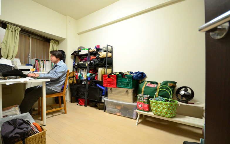 【画像1】真田さんの仕事部屋がメインの収納スペース(写真撮影/藤川満)