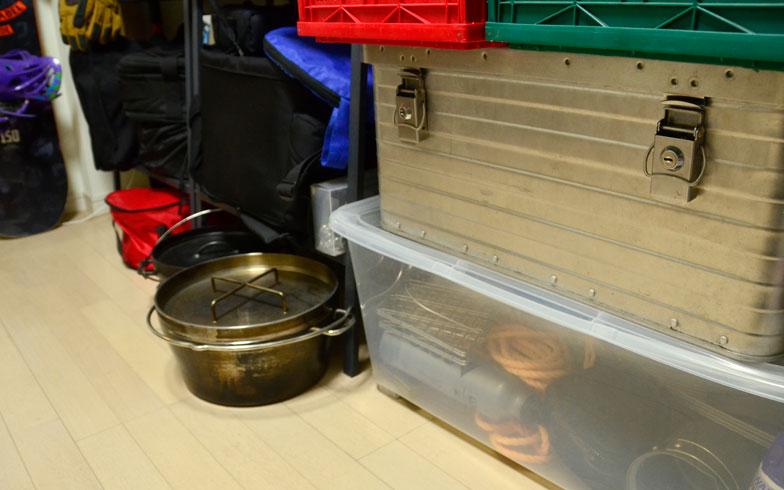 【画像2】仕事部屋の壁に設置しているラックとコンテナ。重量物、使用頻度が低い物は下部へ。ただし小物は中身が分かりやすいよう透明なコンテナに収納する(写真撮影/藤川満)
