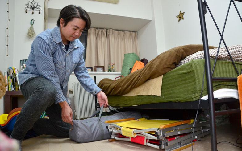 【画像6】ベッドの下の収納。フローリングの傷もアウトドア感覚で気にしない(笑)(写真撮影/藤川満)