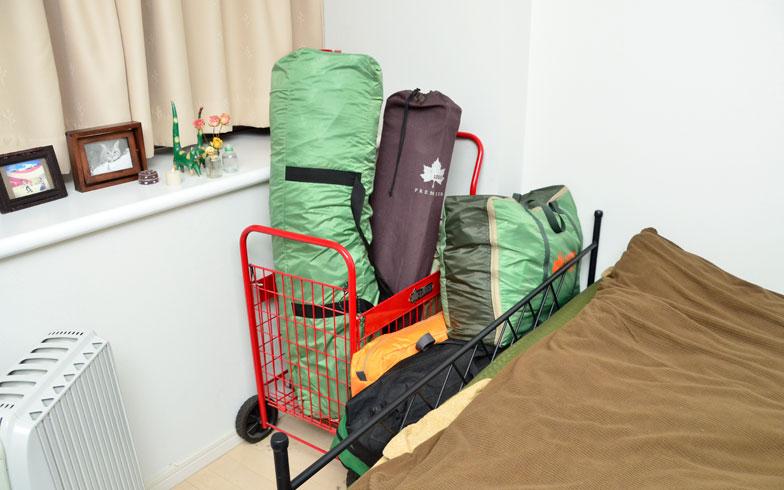 【画像7】ベッドの足元のデッドスペースにカーゴを置いてタープなどを収納(写真撮影/藤川満)
