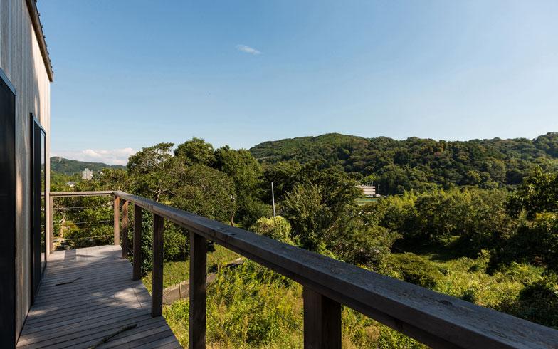 【画像2】渡部邸は、葉山町の山間部の絶景の地に建っている。土地もエンジョイワークスの仲介で購入(写真撮影:エンジョイワークス)