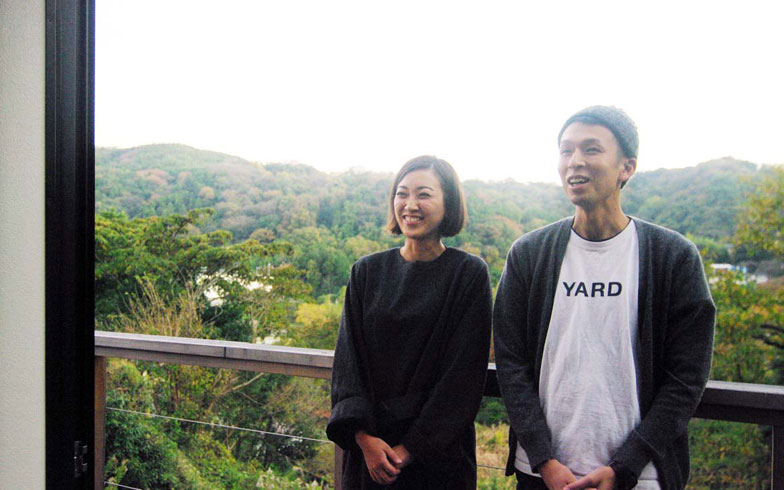 【画像3】南向きの2階バルコニーにて。左から渡部玲子さんと辰徳さん(写真撮影:村島正彦)