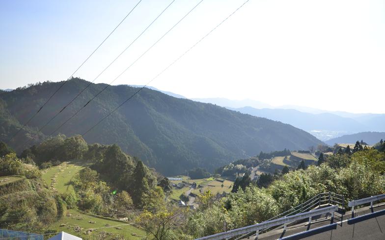 【画像5】うずまき舎から見える棚田と山並み(写真撮影:藤川満)